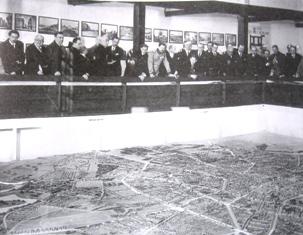 Carol al II-lea in fata machetei orasului la Expozitia