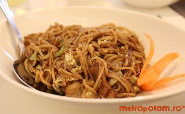 Spaghete din orez cu legume