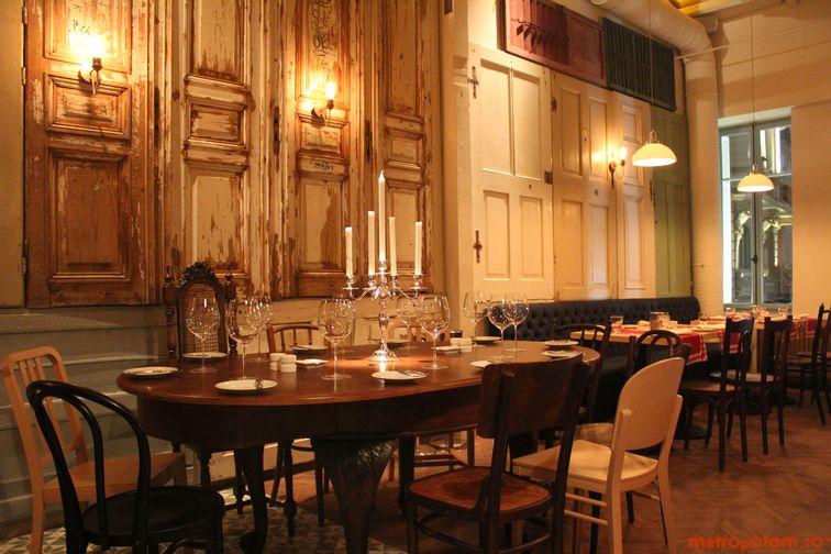 Salonul mesei ovale