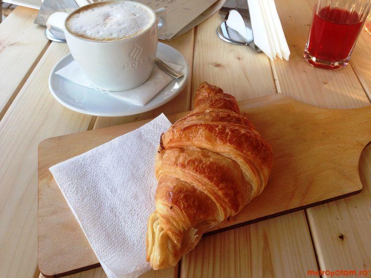 Croissant & caramel hazelnut latte