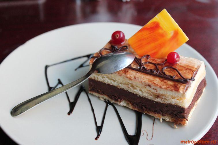 Tort cu ciocolata alba, ciocolata neagra si visine