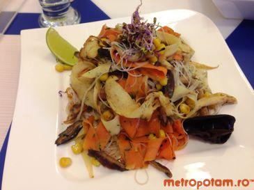 Thai noodles cu sos de cocos si legume rumene