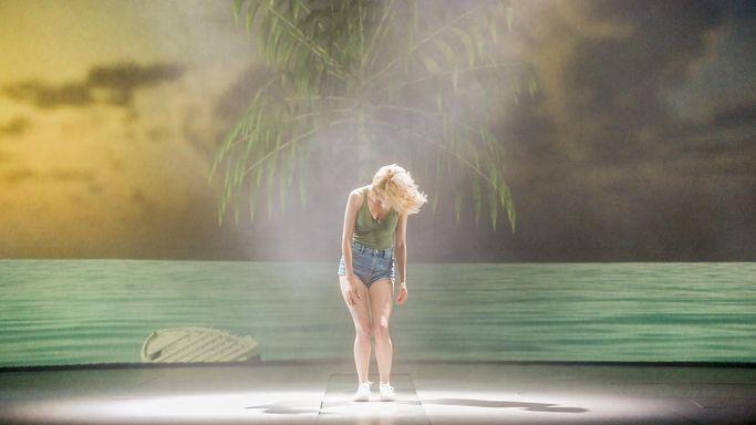 Cronica de teatru - UFO la TNB: un spectacol care te invata cum sa uiti tot, ca sa intelegi TOTUL