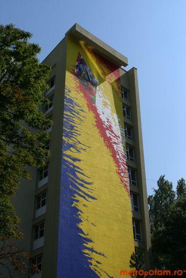 Pictura murala imensa pe fatada unui bloc din Militari