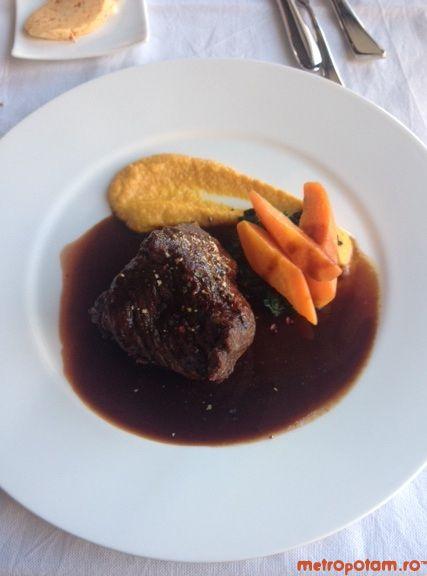 Muschi de vita cu piure de morcov, spanac si sos de Madeira