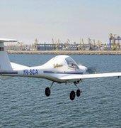 Cucereste cerurile cu un avion intr-un zbor deasupra litoralului romanesc, alaturi de doi prieteni