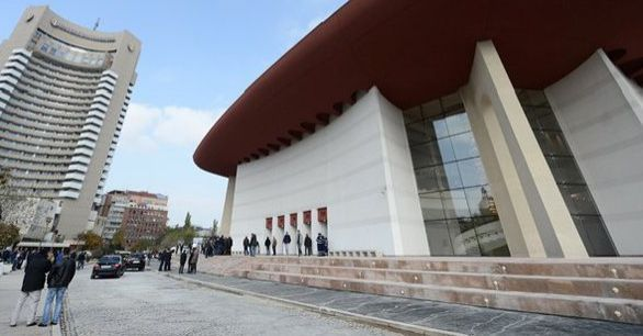 Cum teatrul devine circ sau de ce inaugurează Victor Ponta o sală neterminata