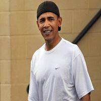 La zi pe Metropotam - Imagini din vacanta sotilor Obama - fostul presedinte isi poarta sapca invers si pare foarte relaxat
