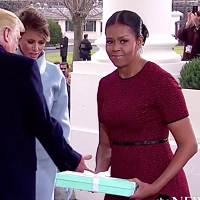 La zi pe Metropotam - Expresia lui Michelle Obama atunci cand a acceptat cadoul de la Melania Trump este de nepretuit