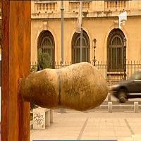 O sculptura in forma de penis a fost expusa in Piata Revolutiei