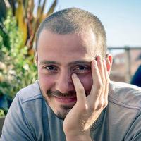 """Interviuri - De vorba cu Vlad Cioplea despre proiectul foto """"100 friends"""" - """"Intr-o noapte am citit despre un australian care si-a scos toti prietenii la o cafea, asa mi-a venit ideea"""""""