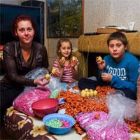 Utile - Copii romani asambleaza 1000 de oua kinder pentru 20 de lei