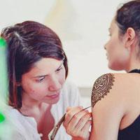 Interviuri - Laura Constantin, artista care vrea sa exploreze universul henna in Bucuresti