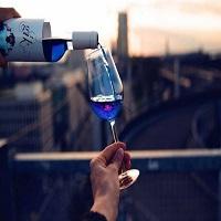 La zi pe Metropotam - V-ati plictisit de vinurile obisnuite? Niste spanioli au inventat vinul albastru