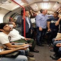 La zi pe Metropotam - Fotografia cu seicul si printul din Dubai in plimbare cu metroul prin Londra a devenit virala