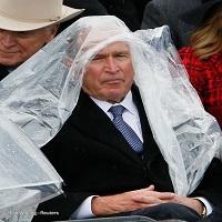 George Bush a facut senzatie la inaugurarea lui Trump: habar n-avea ce sa faca cu o pelerina de ploaie, iar Internetul a iubit asta