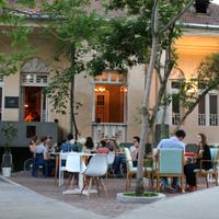 Cronici Restaurante din Bucuresti, Romania - Voila - gradina de vara pazita de rinocerul mov