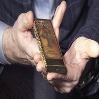La zi pe Metropotam - In Rusia a aparut un telefon care nu are acces la Internet, dar e gravat cu o cruce ortodoxa si costa incredibil de mult