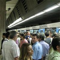 Utile - O persoana s-a aruncat in fata metroului la statia Costin Georgian