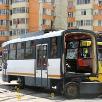 Utile - Un tramvai din Bucuresti s-a rupt in doua - circulatia este blocata