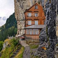 Locuri de vizitat - Hotelul construit in Alpii elvetieni cu o priveliste care te va lasa fara cuvinte - FOTO