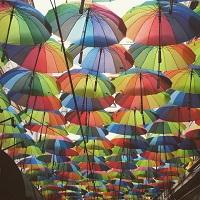Cronici Restaurante din Romania - Locul din centrul Bucurestiului unde vei gasi zeci de umbrelute colorate suspendate