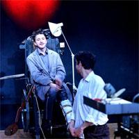 Piesa de teatru Omul Perna - un manifest subtil, ironic, pentru dreptul de a incalca orice regula