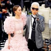 La zi pe Metropotam - Lily-Rose Depp, fata lui Johnny Depp, a aparut intr-o rochie de mireasa superba la show-ul colectiei de primavara 2017 Chanel