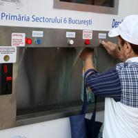 Locuitorii sectorului 6 isi pot cumpara 2 litri de apa plata cu 50 de bani