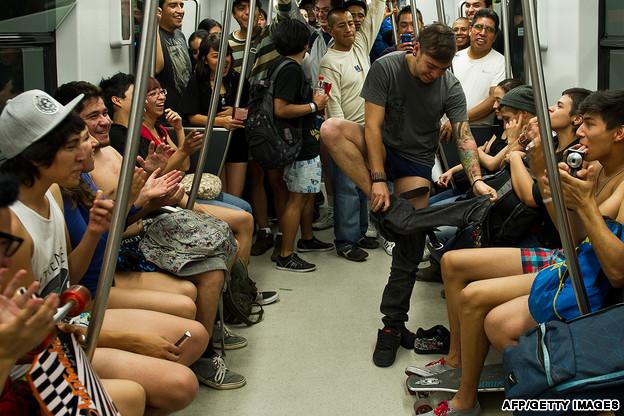 No Pants Day in Bucuresti - ziua in care bucurestenii merg fara pantaloni cu metroul