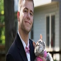 La zi pe Metropotam - Un tip nu si-a gasit partenera pentru balul de absolvire, asa ca si-a luat pisica la petrecere