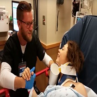La zi pe Metropotam - O pacienta aflata inca sub anestezie incepe sa flirteze in cel mai adorabil mod cu asistentul ei