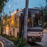 La zi pe Metropotam - Accident stupid in Bucuresti - doua troleibuze au intrat in depasire si unul a intrat intr-un stalp