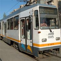 Utile - Un barbat prins sub tramvaiul 32 din Bucuresti - circulatia este intrerupta