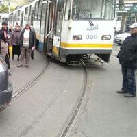Utile - Circulatie blocata in Bucuresti din cauza unei masini parcate pe sine