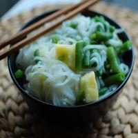 Reteta saptamanii de la Mic dejun de Bucuresti: Taitei din orez, cu fasole verde, ananas si ghimbir