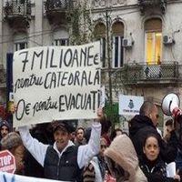 """Cum a fost la protestul din Piata Universitatii: """"Locuinte sociale, nu catedrale"""""""