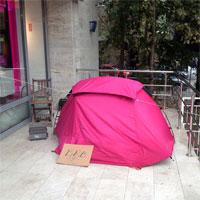 Cum arata o coada la iPhone 6 in Bucuresti - un barbat si-a pus cortul in fata magazinului