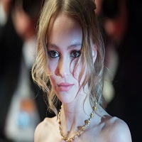 Lily-Rose Depp isi apara tatal acuzat de violenta domestica