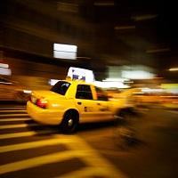 La zi pe Metropotam - Zeci de taximetristi au iesit in strada in Bucuresti si au aruncat cu oua si faina in masinile Uber