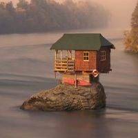 Locuri de vizitat - Casa din mijlocul raului - unde se afla si povestea ei