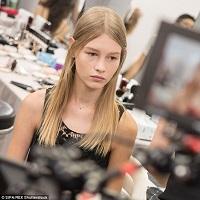 Povestea pustoaicei de 14 ani care a devenit imaginea Dior - cum a trecut de la Cenusareasa la printesa