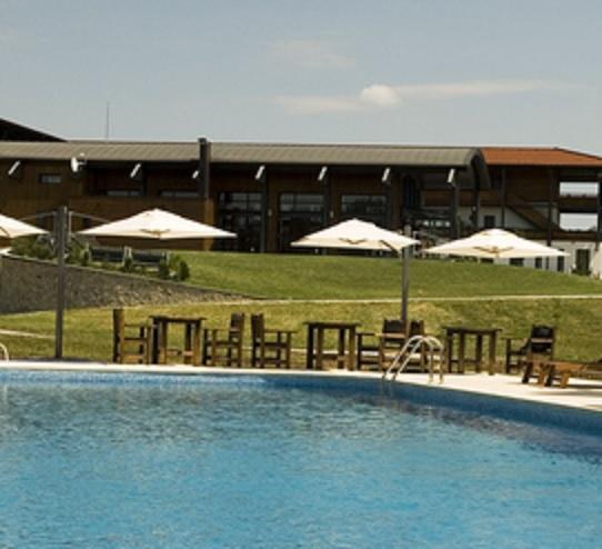 Locuri de vizitat - Idee de vacanta: Casa Vlasiei, locul cu piscina din mijlocul padurii